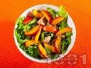 Рецепта Зелена салата с пилешки филенца, праскови, джинджифил и соев сос